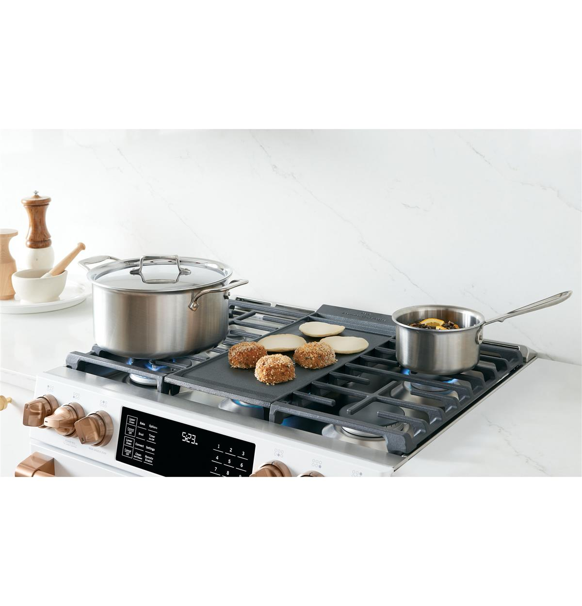 Expansive six-burner cooktop helps you entertain with ease